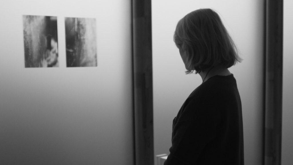 Bij het werk van Alina de Jong. (Foto: Mila Moxom)